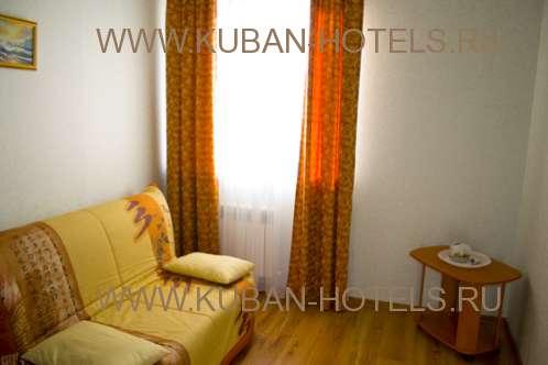 Частный гостевой дом в Анапе диван и журнальный столик