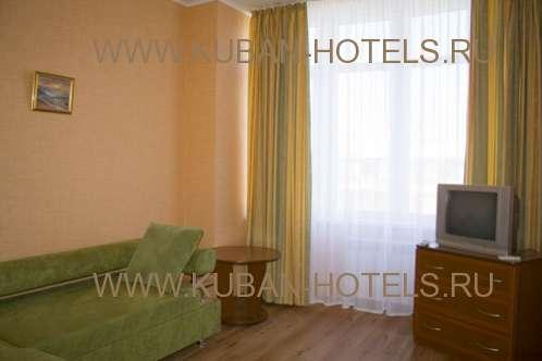 Частный гостевой дом в Анапе номер с красивым диваном